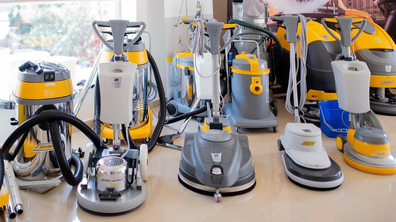 Podstawowy zestaw narzędzi dla ekipy sprzątającej – maszyny i urządzenia czyszczące